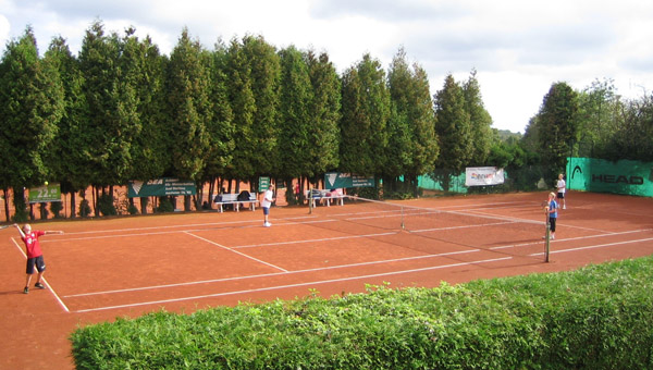 Tennis in Alsdorf mit Blick auf ein Match auf Tennisplatz zwei